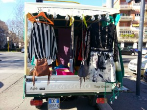 Ape ambulante con vestiti chic